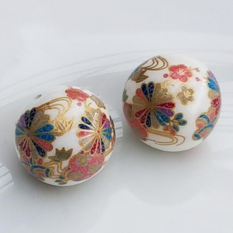 Tensha 16mm valge helmes kirjude geishalilledega