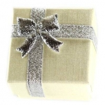 Kinkekarp sõrmusele kreem hõbedase lipsuga 4*4*3cm