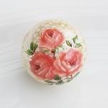 Tensha 16mm pärlmutter helmes rooside ja kipsilillega